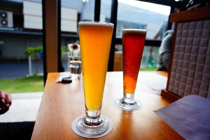 奥さまが醸造を手がけるクラフトビールは、個性豊かなものばかり。たとえば「Kabosu Golden Ale」は、かぼすの風味がふんわり感じられ、苦味が少なく爽やかな味わいです。もうひとつの「Hinoki Bitter」は、ひのきの香りが強く感じられるビール。カレーとの相性も良くとっても飲みやすいですよ。