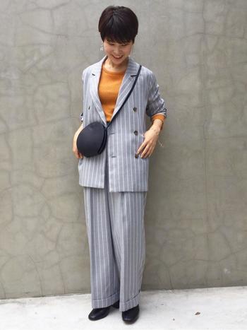 ライトグレーと茶寄りのオレンジという変化球な組み合わせ。袖からもインナーを出しているのがポイントです。