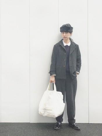 ふわふわの帽子で季節感を演出。シャツとトートバッグのホワイトがコーディネートを軽やかに。