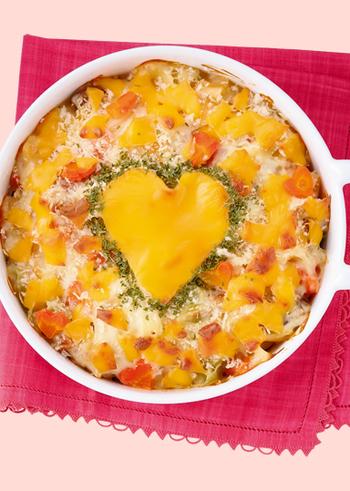 いつものグラタンにもハートのチーズでおめかししてあげればあっという間にバレンタインのレシピが完成します。ハートをより強調させるためにグリーンのパセリをあしらってみてくださいね。