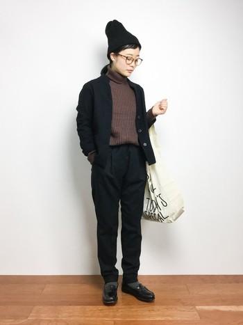 ニット帽とメガネをONして、シンプルなセットアップを少年っぽく味つけ。ブラックとブラウンの技ありカラーブロックにも注目です。