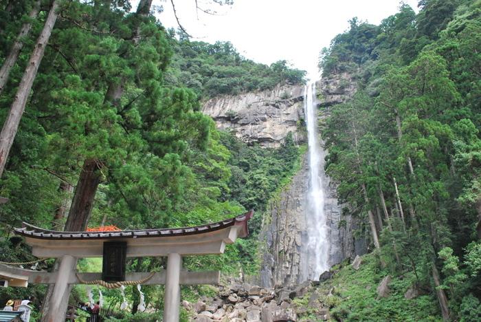 境内にある別宮「熊野那智大社別宮飛瀧神社」には那智御瀧があります。高さ133メートルの滝は国指定の名勝となっていて、熊野の豊かな自然を感じられます。ここでは長寿の水と呼ばれる滝つぼのお水を飲むこともできるそうです。