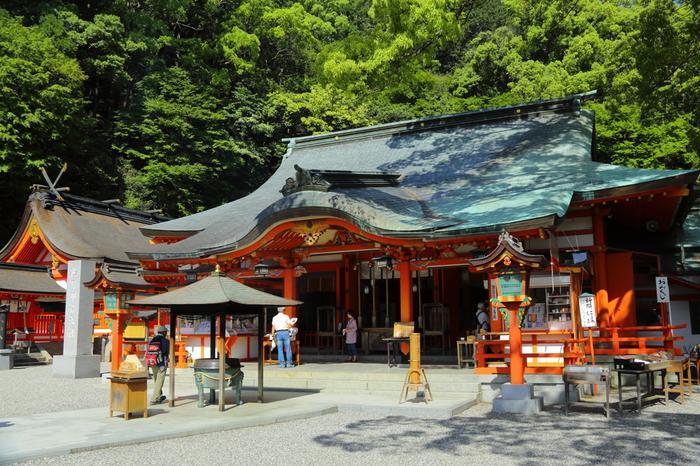 東牟婁郡那智勝浦町に鎮座する「熊野那智大社」は、主祭神が熊野夫須美大神(くまのふすみのおおかみ)です。夫須美(ふすみ)が「結(むすび)」という意味も持っていることから、縁結びにご利益があると言われています。 また、境内には、先にご紹介した「八咫烏」が石に姿をかえて休んでいるといわれる「烏石」が祀られています。
