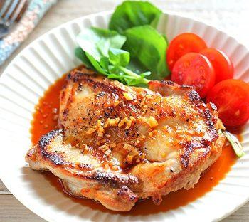 夜:ガーリック醤油チキンステーキ  定番のおかずも一手間加えることで、いつもとは違うジューシーさをプラス。 副菜は平日の作り置きを利用して、恋人と話したりコミュニケーションをとる時間を少しでも長くすることができますよ。