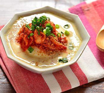 朝:豆腐とキムチの豆乳スープ  レンジに入れるだけなのに、豆乳の滋味深さとキムチのバランスが抜群に美味しいスープ。海苔を散らしたり、ネギを添えてもより美味しいレシピ。 食欲がない朝にもぴったりです。