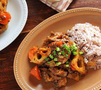 夜:サバ缶と根菜の和風カレー炒め煮  根菜のごろっと感と、カレーのスパイシーさがたまらない一皿。ご飯だけでなく、うどんなどの上に乗せても応用できますね。炒め煮なので、面倒な時間も短縮。