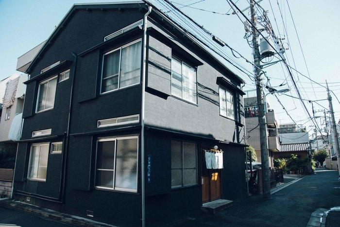 宿泊棟の「丸越荘」は、レセプションのある「HAGISO」からすぐの場所にある黒い外観が特徴のスタイリッシュな建物です。