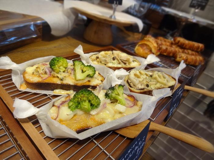 食事系では『魚介ビスクタルティーヌ』(海老のビスクソース あさりとベーコン、イカ、チーズ)、『ベーコンと茸のトリュフ風味 タルティーヌ』『バジルチキンのタルティーヌ』、スイーツ系では『レモンメレンゲのタルティーヌ』『安納芋タルティーヌ』などがあります。