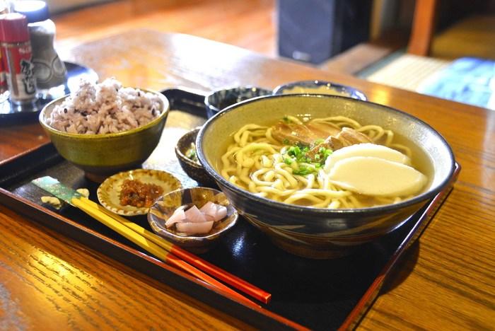 糸満市真壁にある古民家カフェの「真壁ちなー」は、観光客にも人気の飲食店です。初めて訪れる方には、少し道が入り込んでいて分かりにくかもしれませんが、カーナビや道案内の看板があるので辿り着けますよ。沖縄そばが人気ですが、それ以外にもコーヒーやスイーツもおいしくておすすめです。