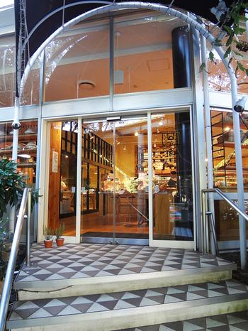 """ベルギー発祥のベーカリーレストランとして、2011年、東京プリンスホテルの敷地内にオープン。店名は""""日々の糧""""の意。 ホテルの庭園が見渡すせるテラス席もあります。"""