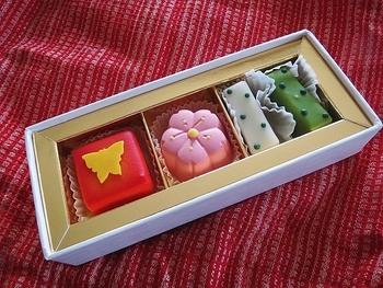 また京都ではお干菓子も人気ですが、それをチョコレートで再現されたのが「お干菓子佇古礼糖」も人気の一品。カラフルで見た目にもかわいいいチョコレートは、とても華やかで四季それぞれ揃えたくなります。
