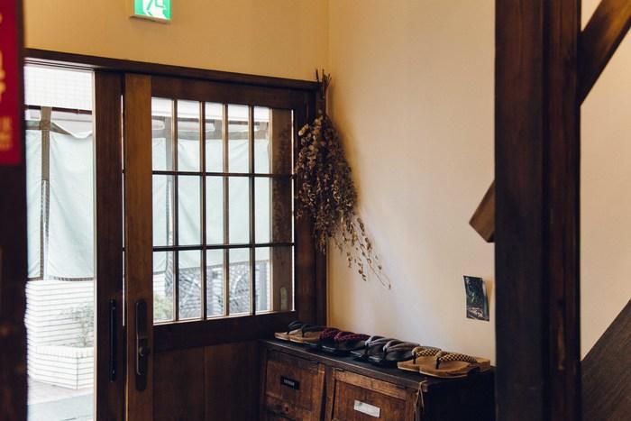 夜ごはんやお風呂は「hanare」の中にはありません。旅館の中をスリッパで移動するような感覚で、玄関に備えつけられた草履で、谷中のまちを気軽に散策できるようになっています。