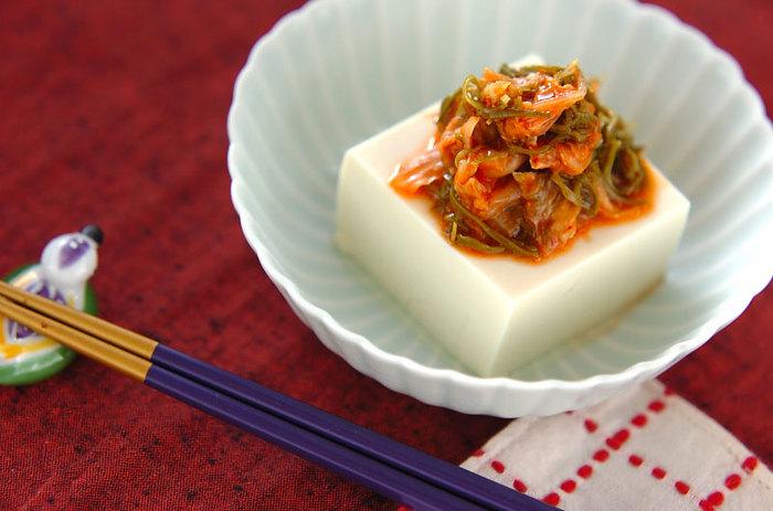キムチと和えためかぶを冷奴にのせて。夕食の箸休めにも、おつまみにもぴったりな一品です。
