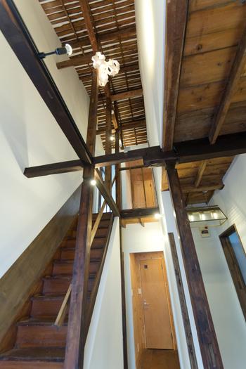 元は古いアパートだった場所をリノベーションして作られた空間は、長年使われてきた古い木材の味わいをそのまま残しています。元の建物のまま使われている急な勾配の階段にも歴史を感じます。
