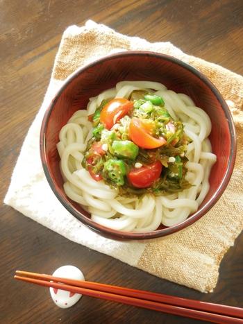 ミニトマトを入れることで彩り&栄養価アップ。食欲がないときにつるつる食べられて良さそうですね。