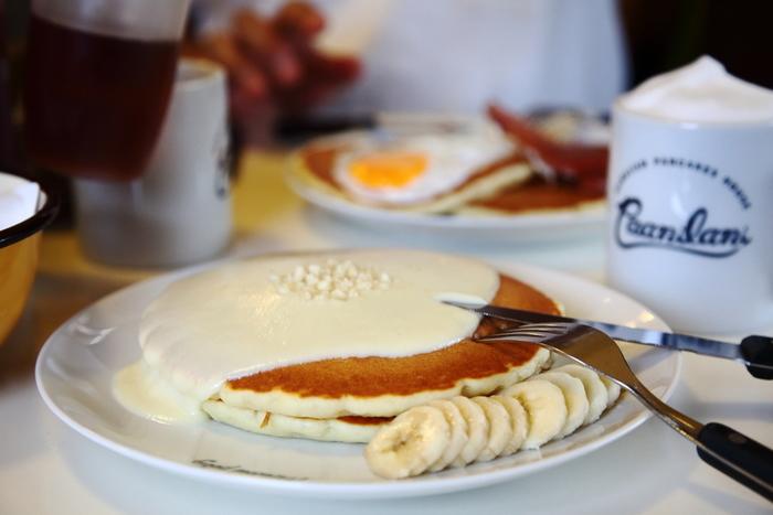 恩納村の西海岸に建つ「ハワイアンパンケーキハウス パニラニ」。大人気のパンケーキ屋さんではありますが、朝の7時から営業を行っているので、時間帯を狙って行けば混雑を外せるかも。沖縄のベストカフェにも選ばれたこちらのパンケーキを、ぜひ召し上がってみてはいかがですか?