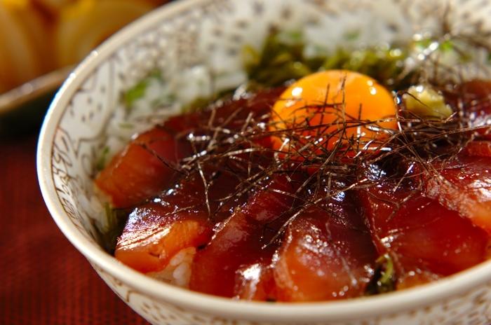 マグロ丼にめかぶを添えて。マグロのプリプリの食感とめかぶのネバトロの食感が味わえる、一杯で二度おいしい贅沢丼です。