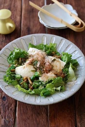 絹ごし豆腐にネバネバ食材をたっぷりかけて。ヘルシーさ100%のサラダです。