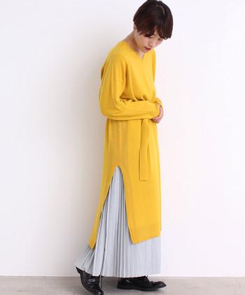 流行のプリーツスカートでトレンドライクに。ボリュームが出過ぎないよう、できるだけ薄軽な素材を選ぶのが正解です。