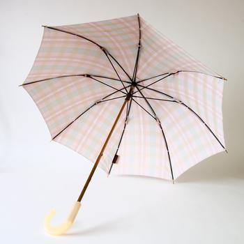 優しい色合いが女性らしい槙田商店の傘は晴雨兼用で使うことができます。象牙色の持ち手と、華やかな金属の光沢が素敵です。