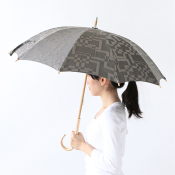 和装、洋装どちらにも似合いそうなシックな傘です。こちらも晴雨兼用で、いつでもお出かけのお供になってくれます。