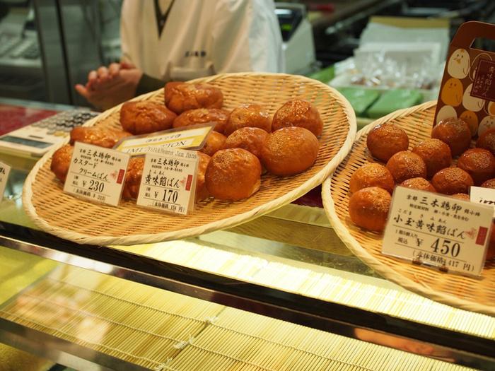 こちらのお店で食べ歩きにおすすめなのは、自慢の卵を使った「黄味餡ぱん」や「カスタードクリームぱん」。きれいなキツネ色に焼き上がったパンが、通りからも目を引きます。