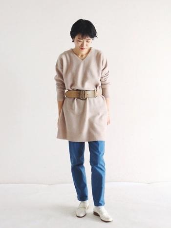 太めのレザーベルトでエッジィに。ニットワンピースに近い色を選ぶと着こなしに統一感が出て◎。