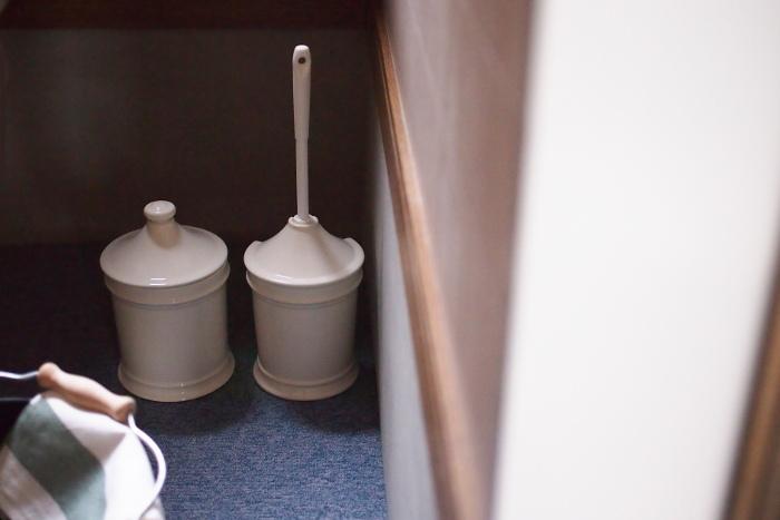 トイレはゲストが過ごすプライベートな空間。いろいろと目に入る場所なので清潔にしておきたいのですが、タオルやトイレポットなど小物類を取り替えるだけでも違って見えます。