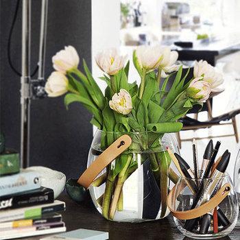 玄関の場所にスペースがあるのなら、上品で大ぶりのお花を生けるとパッと華やいだ印象になります。