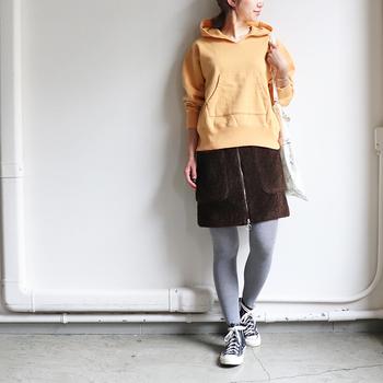 ミニスカートときれい色パーカーで女性らしく。柔らかい色合いのコーデにグレータイツを合わせたところが大人っぽくて洒落ています。