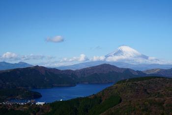 """箱根火山によってできたカルデラ湖である「芦ノ湖」。後ろには富士山の美しい姿が。晴れた日の早朝、波の穏やか時間には湖面に映る""""逆さ富士""""も見られるそうですよ。"""