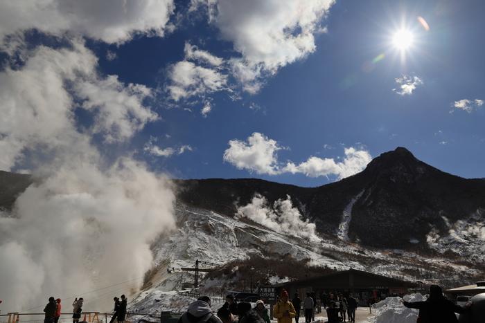 先に紹介した「芦ノ湖」をつくった箱根火山の火口跡が「大涌谷」です。大涌谷へは、早雲山、あるいは桃源台から箱根ロープウェイで向かいます。ここでは現在も水蒸気が立ちのぼり、硫黄の臭いに包まれています。自然のエネルギーを感じるスポットです。