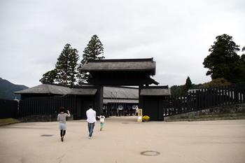 歴史好きの方にぜひ訪れていただきたいのが箱根の「関所」です。箱根の関所は、江戸時代に東海道を通る旅人や荷物の検査をする場所でした。芦ノ湖の南、元箱根のエリアに位置しています。