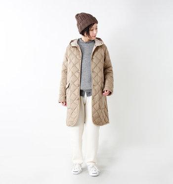 キルティングのデザインがかわいらしいダウンコートです。丸みを帯びたフードや裾のラインが優しい印象を与えてくれます。