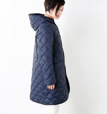 色違いでネイビーもあります。襟元までしっかり閉められ、ポケットはサイドからも手が入れられたりと防寒の工夫も詰まった一着です。