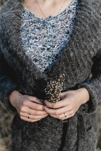 厚手のセーターを着たのに、汗をかいたら着心地が悪いですよね。しかし、冬の汗は、そんな不快感だけでなく、さらなるトラブルを招いてしまうことも。  汗がだんだん冷えていくと、体温が奪われてしまう「汗冷え」の状態となってしまいます。もちろん、風邪を引く原因になってしまいますよ。  重ね着しているからこそ、すぐに汗を拭き取れないのが悩みどころ。気をつけたいポイントです。