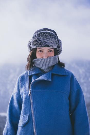 根本的に「重ね着しすぎかも?」と思ったら、ちょっとやめておくのも得策です。歩いているうちに体が温まるということが、よくあるからです。  不安な時は、寒くなったら1枚増やせるように、マフラーやカーディガンをバッグに携帯しておくのもおすすめです。