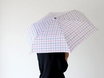 落ち着いたカラーで大人女子もシックに持てます。 傘を持つ後ろ姿も素敵。 UV加工もばっちりなので日傘としても。