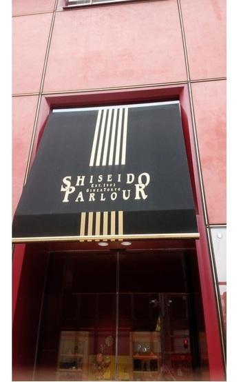 1902年(明治35年)オープン、おなじみ資生堂が運営する店です。