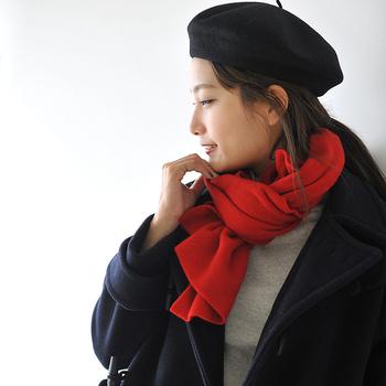いかがでしたでしょうか。  意外に冬は、汗のトラブルにあいやすい季節です。つい、たくさん重ね着したい!と思いがちですが、外気を防ぐ素材にこだわったり、首や手首をガードするファッションアイテムを活用したりして、うまく温度調節できる着こなしを目指しましょう。  寒さ対策もちゃんと兼ねた、冬のおしゃれを楽しんでくださいね。