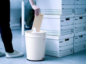 ダイレクトメールやチラシも要らないものなので、そのままゴミ箱に。案外「お客様目線」で見てみると玄関には余計なものがあふれていることがわかり、片づけるいい機会になりますね。