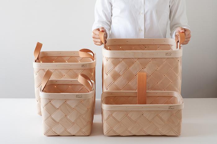 同じ種類でサイズ違いの収納ボックスをいくつか用意しておくと片付けながら、仕分けできるので便利ですね。とりあえずざっくりと入れていって、別の部屋に置いて置くものいいですし、色や素材を同じものなので並べて置くだけでスッキリと見えます。