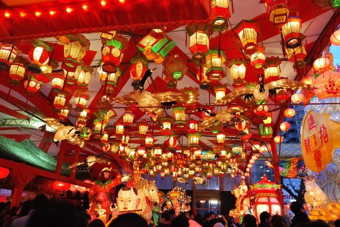 中国の旧正月を祝う「春節祭」を起源とする「長崎ランタンフェスティバル」も有名です。約1万5千個のランタンが街を埋め尽くす様子は圧巻。毎年約100万人もの観光客が訪れる、長崎の冬の風物詩になっています。