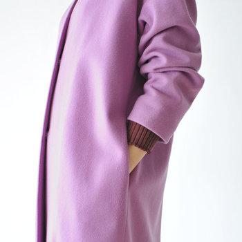 ボタンもポケットも目立たせないすっきりデザイン。美しいカラーリングとミニマルなシルエットをとことん堪能できる一着です。