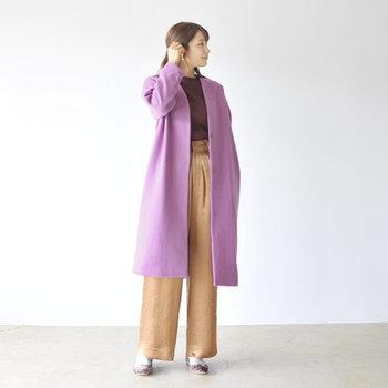 佇まいを女性らしく引き立てる、ラベンダー色のロングコート。意外にもあらゆる色と相性がよく、コーディネートに投入すれば、新鮮な技あり配色が楽しめます。