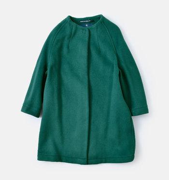少し丸みを帯びたシルエットに上品なノーカラー。冬の装いにぴったりな、クラシカルムードたっぷりのコートを発見しました。  マニッシュにもフェミニンにも偏らない、ニュートラルなモスグリーンが印象的です。