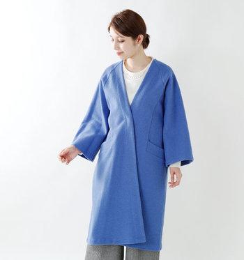 冬に着るとおしゃれなのが、クリーンかつ涼やかなブルー。ダークな着こなしも一瞬にして明るくなり、洗練された都会的な装いが完成します。
