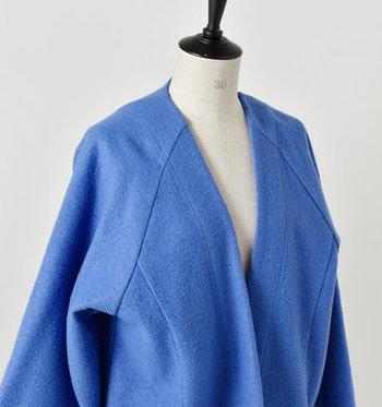 着物を想起させるフロントの重なりが独特。胸の開きが深いため、ネックレスやチョーカーなどのアクセサリーも映えます。  太めのラグランスリーブに構築的な切り替え、着物の襟を表現するようなステッチ…。プレーンながら、個性溢れる秀逸なデザインになっています。