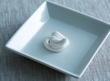 クリームはしっとりしていながらベタつきにくい使用感。北海道産の成分が、滑らかですべすべの手肌へと導きます。
