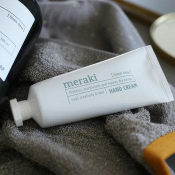 デンマークで生まれたボディケアブランド、「Meraki(メラキ)」。自然由来の素材を選び抜き、人の体にどこまでも優しい製品を開発しています。  ヒマワリオイル配合のハンドクリームは、保湿力はもちろん、洗練されたパッケージも魅力的。